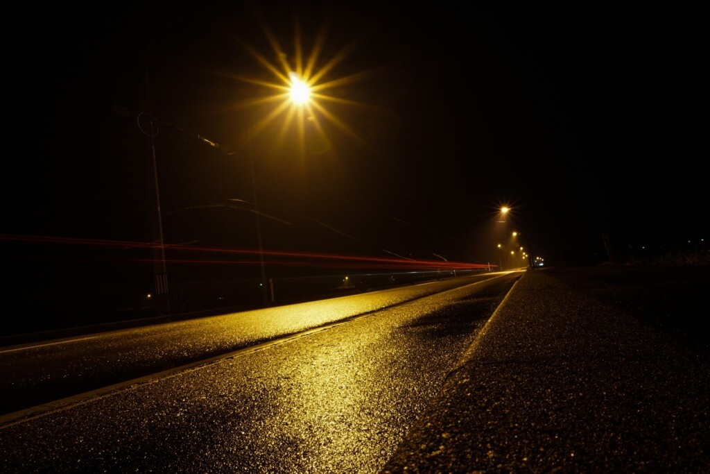 夜の雨が降った道路