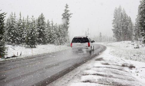 急な雪や路面凍結!冬場でも安全に運転するための4つのコツ