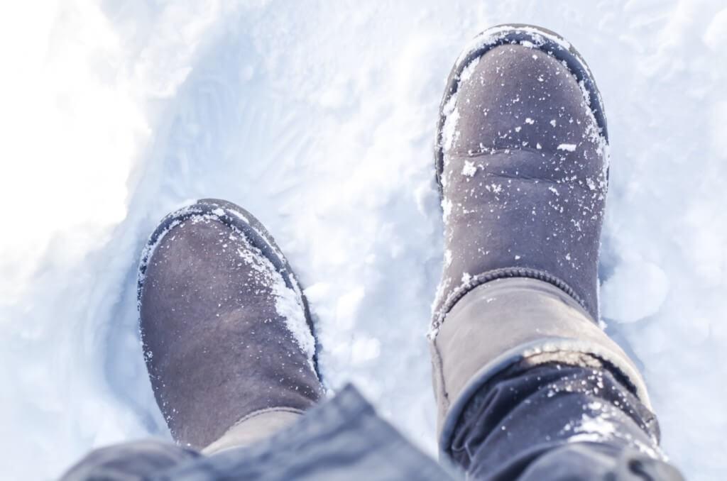 運転前に靴についた氷や水滴に注意