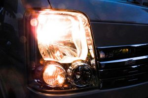 対向車・後続車のライトが眩しい時に出来る5つの対策