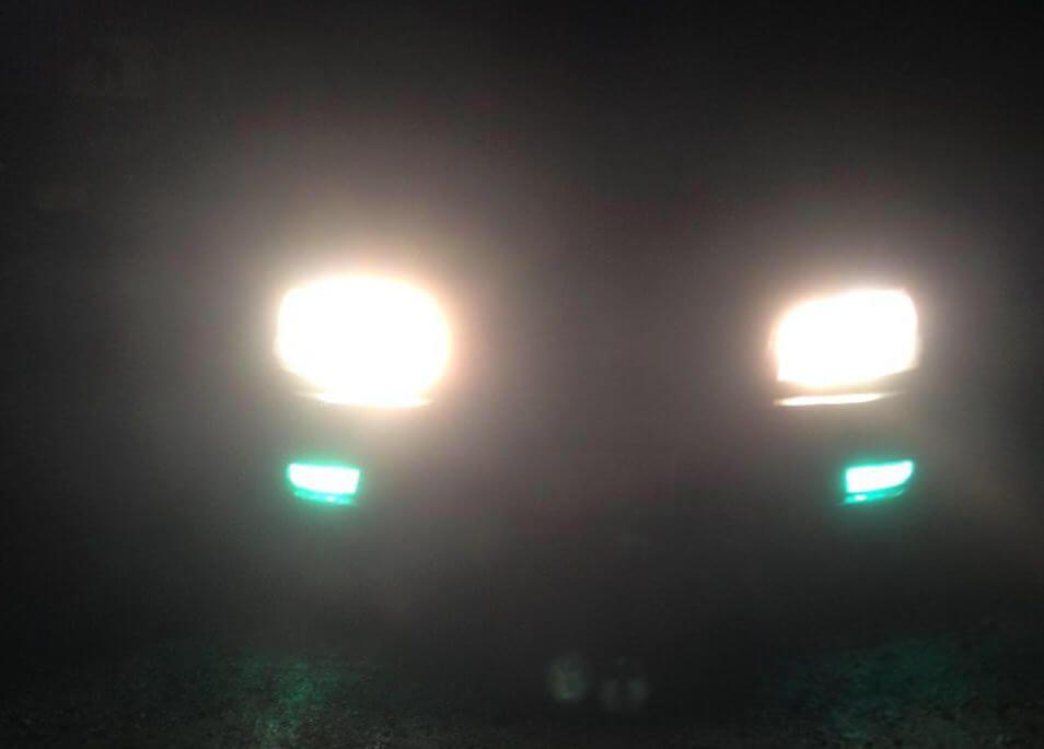 ヘッドライトが眩しいと感じる原因