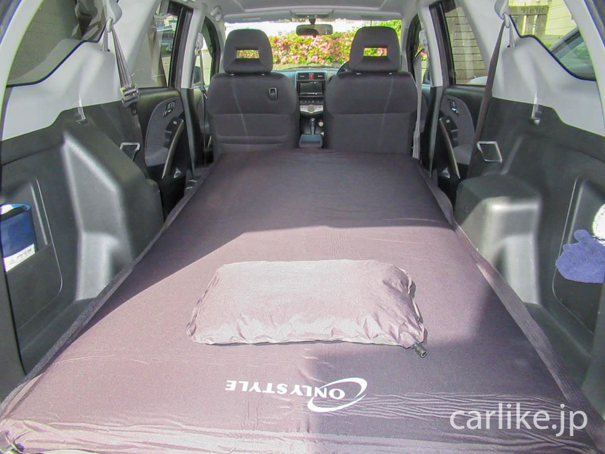 枕を敷いた車中泊専用マット
