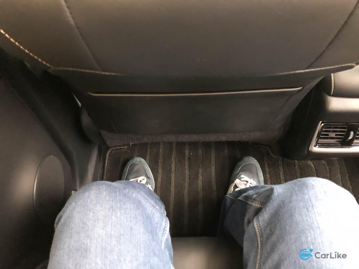 座席間のクリアランスは広い